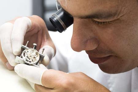 Un orologiaio o riparare l'uomo in azione, la visione da vicino un orologio svizzero.