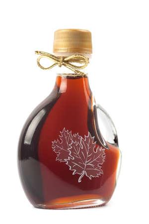 jarabe: Botella de jarabe de arce, aislado en un fondo blanco. Imagen es en 21 megap�xeles.