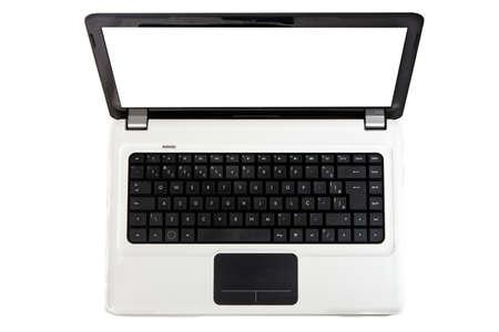Un notebook bianco con tastiera nera e touchpad isolato su uno sfondo bianco con copia spazio sullo schermo.