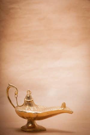 lampada magica: Un genio della lampada magica, isolato su uno sfondo color sabbia, in uno studio di tiro. Archivio Fotografico