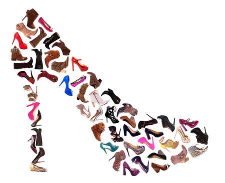 Un collage di 30 scarpe da donna, tacchi alti, sandali e stivali, isolato su uno sfondo bianco.