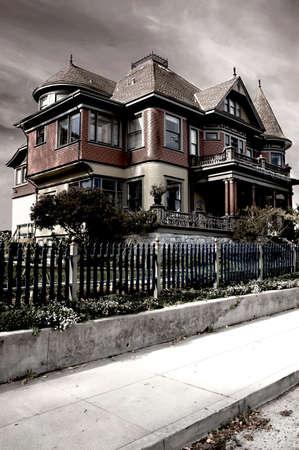 Een dramatische beeld van een Victoriaanse huis, verwerkt om het een voorgevoel verschijning
