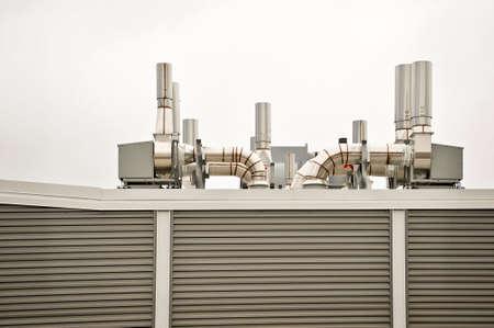 Schone lucht handling apparatuur op de top van een gebouw met gestreepte paneel kanten.