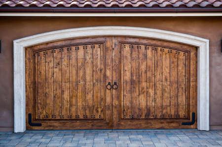 De madera, puertas de garaje en una casa de lujo de California Foto de archivo - 4741144