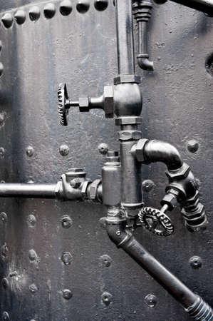 tuberias de agua: V�lvulas de control en la caldera de una vieja m�quina de vapor