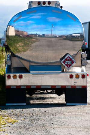 autobotte: Serbatoio di cromo lucido di un camion cisterna di benzina Archivio Fotografico
