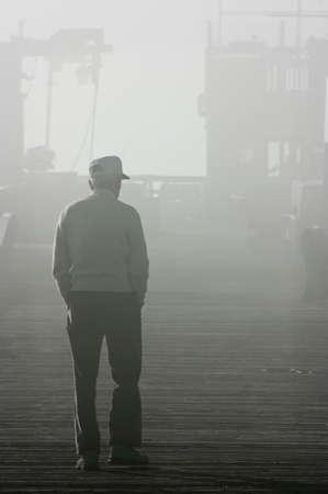 老人は、霧の中にウォーキング
