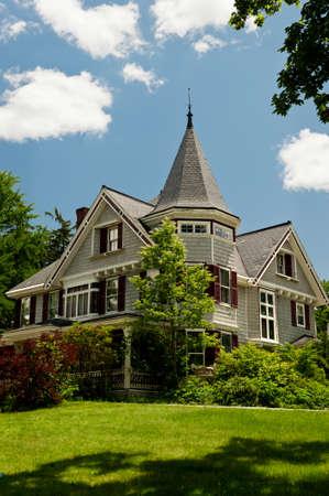 casa colonial: Una casa de la reina Ana de estilo victoriano en una zona rural de New Hampshire