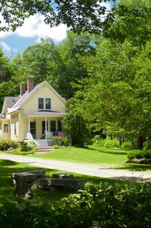 casa colonial: Una casa de campo amarilla en New Hampshire Editorial