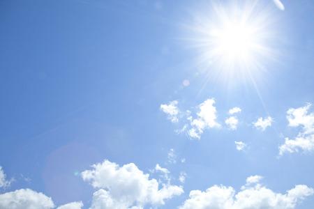 태양과 푸른 하늘 스톡 콘텐츠