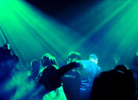 clubbers: la gente bailando en un club subterr�neo