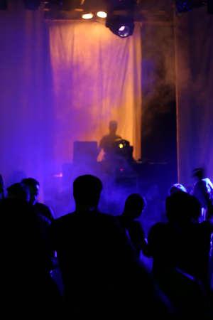 clubbers: la gente bailando delante de los dj  Foto de archivo