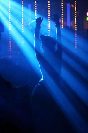 clubbers: Mujer bailando en club nocturno