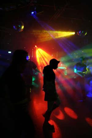 clubbers: silueta de una mujer que baila Foto de archivo