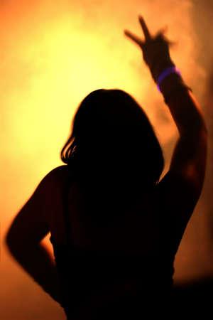 clubbers: Siluetas de una mujer bailando  Foto de archivo