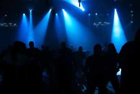 clubbers: Siluetas del adolescentes que bailan