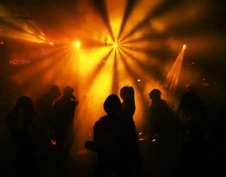 Silhouetten eines tanzenden Teenager