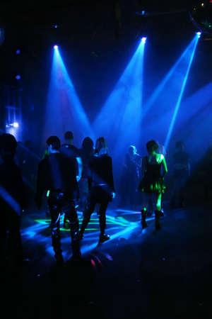 clubbers: Siluetas de un baile adolescentes  Foto de archivo