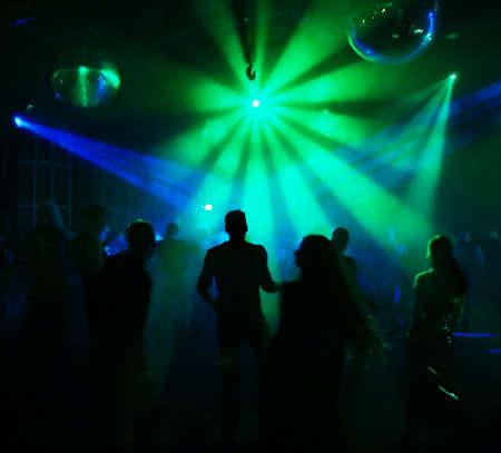 Silhouetten von tanzenden Teenager