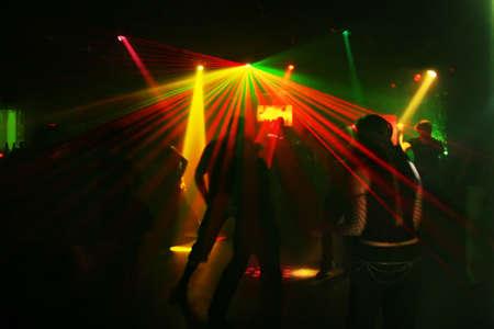 clubbers: Siluetas de baile de un adolescente en una discoteca