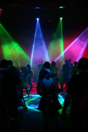 Silhouetten von Jugendlichen Tanzen in einer Disco