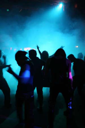 clubbers: Siluetas de un baile adolescentes en una discoteca
