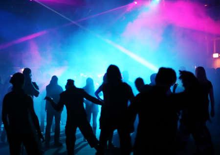 Silhouetten von Jugendlichen ein Tanz in der Disco