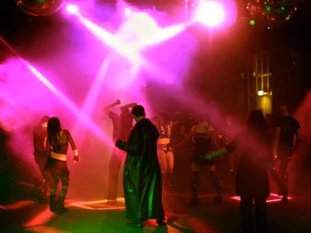 Silhouetten eines tanzenden Teenager in einer Disco