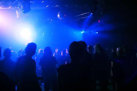 euforia: Danza personas en un club subterr�neo