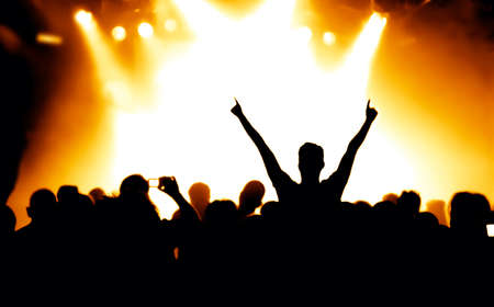 rock concert: sagome di folla concerto davanti a luci palco luminoso Archivio Fotografico