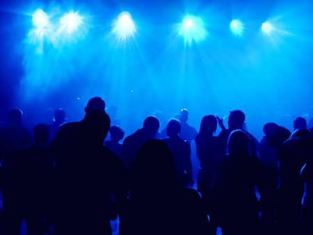 night club: Gente bailando en una discoteca