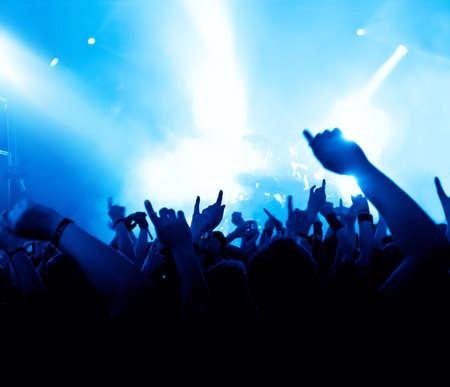 fari da palco: sagome di folla concerto di fronte a luci di scena brillanti Archivio Fotografico