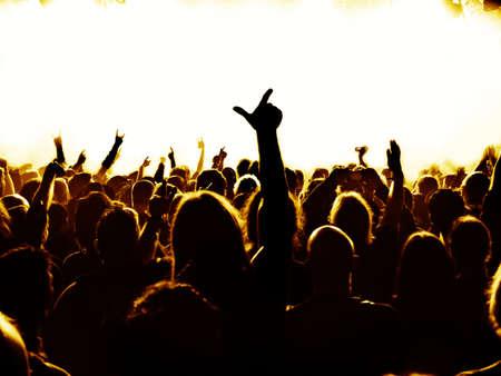 silhouetten van concert menigte voor heldere fase lichten