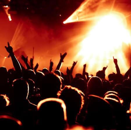 rock concert: sagome di concerto folla davanti alle luci del palco luminoso