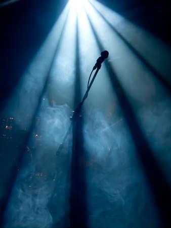 Microfoon op het podium met fase-verlichting op de achtergrond