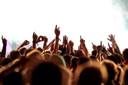 rock concert: sagome di folla concerto di fronte a luci di scena brillanti Archivio Fotografico