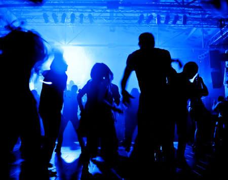 clubbers: Personas bailando en una discoteca Foto de archivo