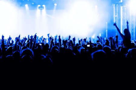rock concert: siluetas de concierto p?blico de luces del escenario brillante