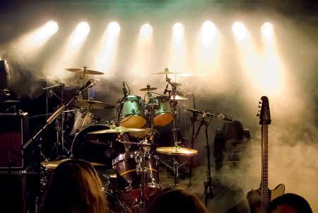 tambores: Instrumentos de m�sica, tambores y guitarra en el escenario