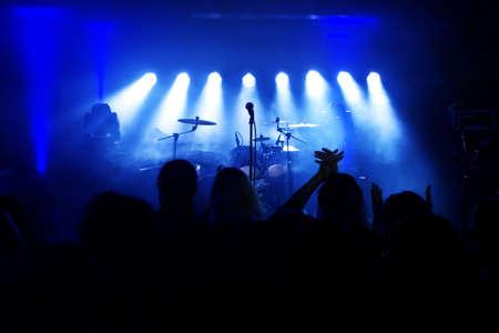 Muziekinstrumenten, Drums  Gitaar op het podium Stockfoto