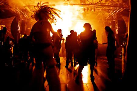 Dansende mensen in een disco