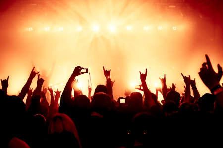 aplaudiendo: siluetas de concierto público de luces del escenario brillante Foto de archivo