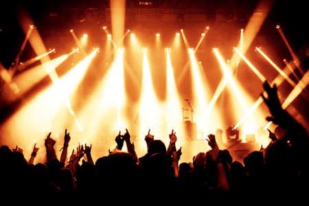 Sagome di folla concerto davanti a luci palco luminoso Archivio Fotografico - 27708404