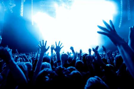 fiestas discoteca: siluetas de concierto público de luces del escenario brillante Foto de archivo