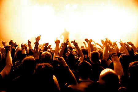 silhouetten van concert menigte voor het podium van felle lichten Stockfoto