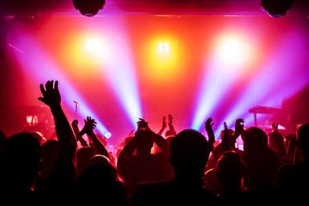 siluetas de concierto público de luces del escenario brillante