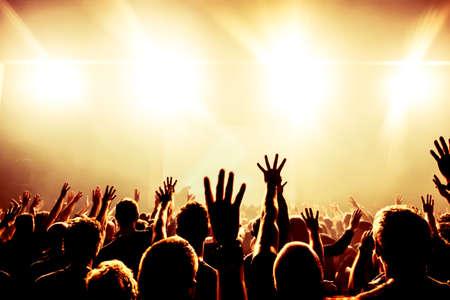 Silhouettes de concert foule de lumières brillantes étape Banque d'images - 27708407