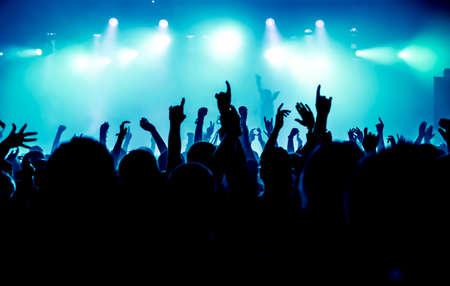 Silhouetten van concert menigte voor het podium van felle lichten Stockfoto - 27732838