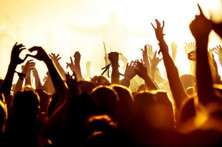 祭: 明るいライトの前に群衆のコンサートのシルエット 写真素材