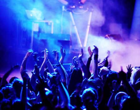 siluetas de concierto público de luces del escenario brillante Foto de archivo